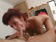 Mama kąpie się, a następnie fucks młody człowiek