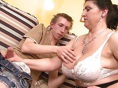 Przepiękny matka ciężko fucked przez młodego chłopca i tryska
