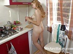 Owłosione studenta ira k lubi grać w kuchni